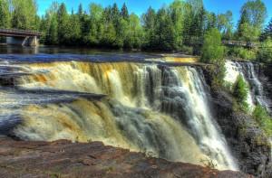 waterfall-854939_640
